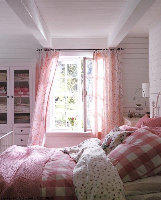 Luna aceasta, rozul cucerește toate colțurile casei.
