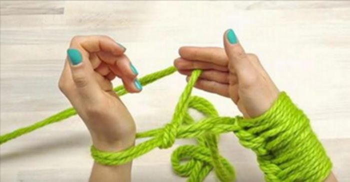 Een sjaal breien in 30 minuten? Dat kan, en je hebt er niet eens breinaalden voor nodig!