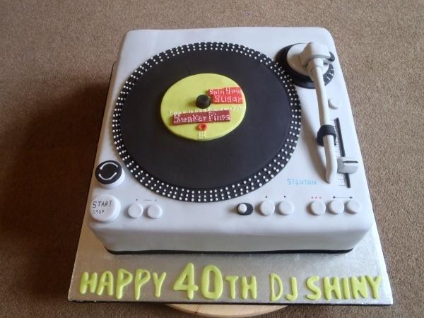 Record player/Decks cake  By: sophiasam