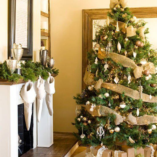 sapin de Noël décoré de guirlandes et boules de Noël de couleur or