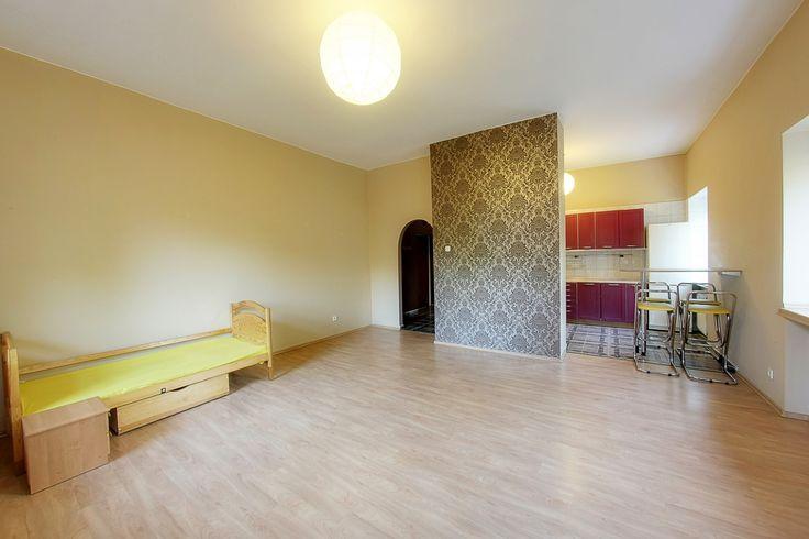 Do sprzedania apartament zlokalizowany przy ulicy Sanockiej (Łódź-Górna). Apartament składa się z przestronnego salonu z balkonem połączonego z półotwartą kuchnią (36 m2). Resztę powierzchni uzupełniają: sypialnia ( 15 m2 ), dodatkowy pokój ( 12 m2 - może pełnić rolę pokoju dziecięcego, gabinetu lub dodatkowej sypialni ), łazienka widna z oknem, oddzielne w-c i przestronny przedpokój (mieszczący szafę typu komandor )