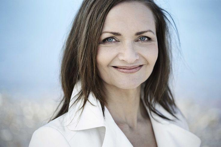 Charlotte Mandrup (f. 1960) er rådgiver for en række topledere i både dansk og internationalt erhvervsliv. Hun har trænet yoga og mindfulness hele sit voksne liv. Charlotte Mandrups firma specialiserer sig i organisations- og ledelsesudvikling gennem træning, struktur og selvindsigt.