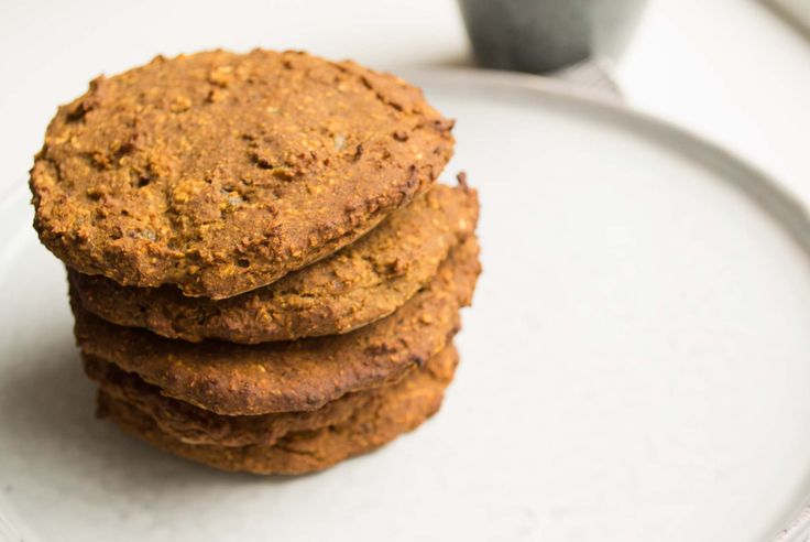 Wat extra eiwitten in je koekjes verstoppen, dat doe je zo: Je maakt deze havermout koekjes met kikkererwten. Helemaal vegan! (100% plant-based)