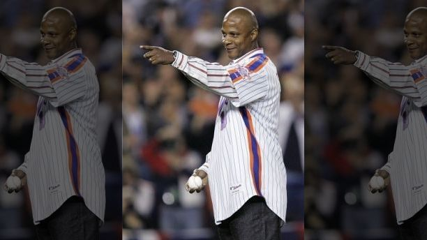 Former New York Mets player Darryl Strawberry gets ready to throw out the ceremonial first pitch during Game 1 of the NLCS playoff baseball game against St. Louis Cardinals in New York October 12, 2006.   REUTERS/Mike Segar (UNITED STATES) - GM1DTRYXVOAA