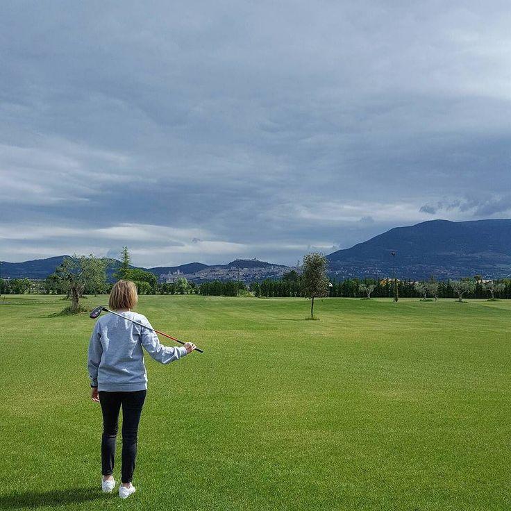 Nella mia prima volta alle prese con il golf ho imparato che se tieni ferme le mani ti dimentichi di distribuire il peso. Se ti ricordi di distribuire il peso sollevi la testa irrigidisci il ginocchio troppo presto e non guardi la palla. Insomma sembra tutto ingannevolmente semplice ma non lo è. In compenso è tutto molto divertente