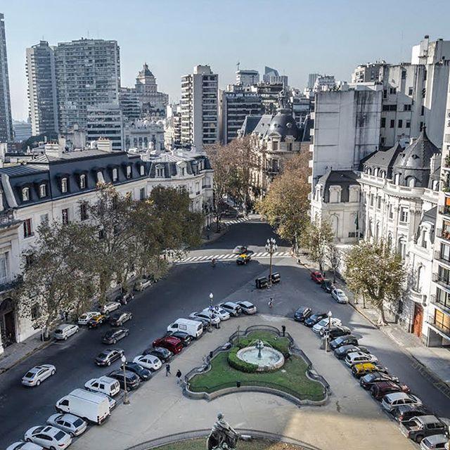 Una vista soñada sobre la Plazoleta Carlos Pellegrini • Libertad y Av. Alvear #vistas #buenosaires #avenida #alvear #soñado #plaza #recoleta #mirandabosch