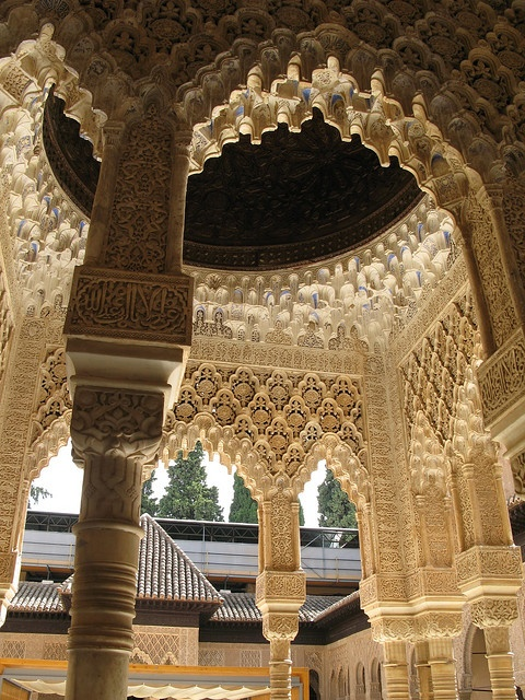 Detalles de pórticos con cúpula en el interior de la Alhambra de Granada.  (España).