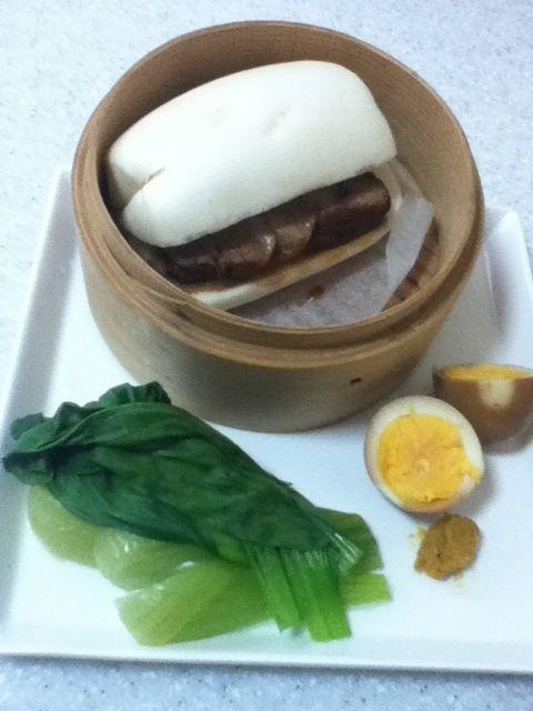 世田谷線上町駅近くにある鹿港(ルーガン)は、台湾の振味珍(ゼンウェイゼン)で修行したご主人が開いた肉まん専門店。 そこのまん頭(花巻ともいわれる中華蒸しパン)が、めちゃくちゃ美味い❗1個70円 冷たいのを買ってきて、食べたい時に蒸せばいいし、冷凍できます。 で、ドレッシング早く使いたいシリーズで角煮を作り、長崎名物角煮饅にしました 甘酢煮みたいになったけど、それはそれで、後から酢をつけるようなものだから、OKですぅ✨ - 34件のもぐもぐ - 鹿港(ルーガン)のまん頭で角煮饅 by Nao ペロン