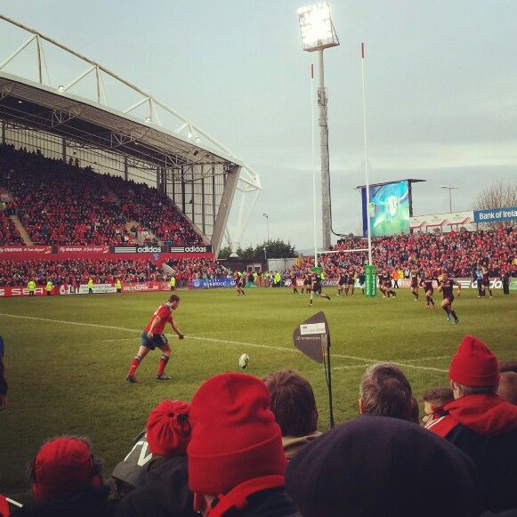 Ian Keatley kicks for Munster against Edinburgh in the Heineken Cup, Jan 2014