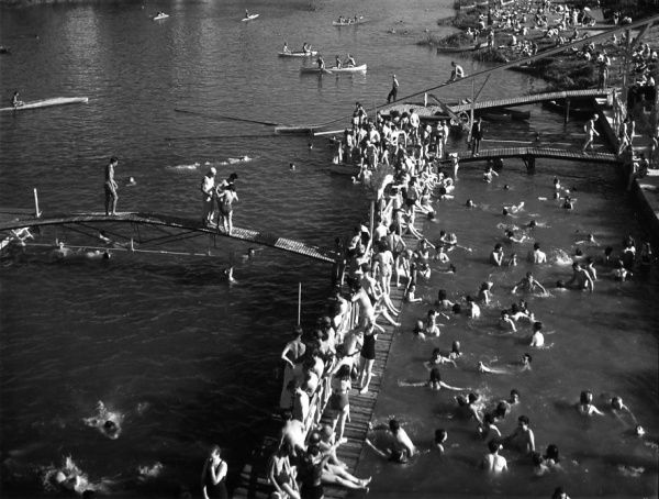 Bords de Marne 1945 |¤ Robert Doisneau | 16 juillet 2015 | Atelier Robert Doisneau | Site officiel