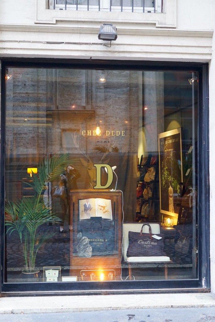 Chez Dedé Via di Monserrato 35, pertinho do Campo dei Fiori e do belíssimo Palazzo Farnese, embaixada frances e Restaurante Há uns 20 metros da loja fica um dos restaurantes mais famosos de Roma, Pierluigi. Tem um ótimo peixe!!