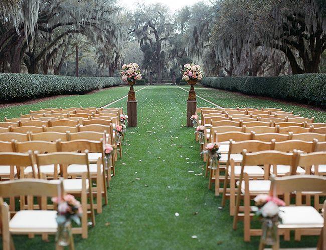 organisation mariage en plein air: autel romantique et places invités