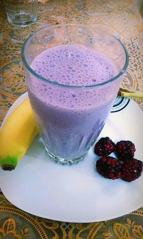 Batido purpura/ antioxidante  Para esta mañana  Licuado púrpura 1 banana  ½ taza de arándanos azules (blueberries) ó zarzamora ½ taza de leche de soya 2 cucharadas de yogur natural  1cucharada de avena 1 cucharada de semillas de chía 1 cuchara de miel de abeja o maple..