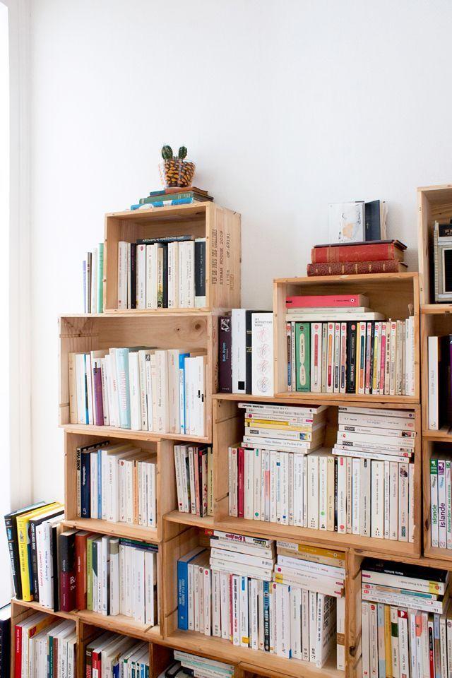 Utiliser des caissons de bois comme solution de rangement ou de décoration  est un moyen peu coûteux et créatif d'arriver à vos fins.Saviez-vous que  pour quelques dollars seulement, vous pouvez vous pointer dans une SAQ et  acheter de jolis caissons de bois?C'est ce qu'on a fait dans la cuisine  pour avoir un peu plus de rangement. Photo à l'appui :  Crédit : Fanny Lafontaine-Jacob  C'est un exemple plutôt simple de ce qu'on peut en faire, mais il existe de  nombreuses autres façons…