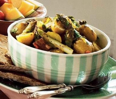 Vårfräsch potatissallad med underbar doft och smak av basilika. Med bacon och sparris blir det en riktig fullträff. Servera med kyckling, lax eller en grillad köttbit.