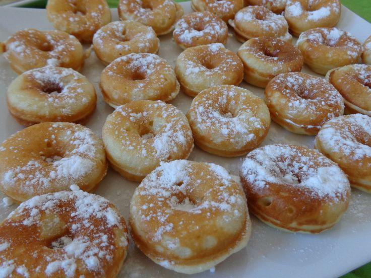 Donuts powdered with vanilla flavoured sugar / Gogosi ninse cu zahar vanilat