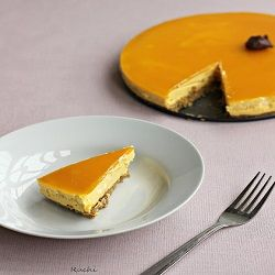 De monchoutaart met mango is heerlijk van smaak en ziet er ook nog eens mooi uit. Het gebak bevat een laagje glazuur en is door de slagroom romig van smaak.
