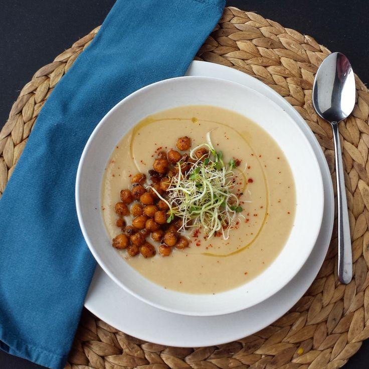 Vegan Cauliflower Soup With Crispy Chickpeas   Veganistische Bloemkool Soep met Krokante Kikkererwten  Recept van http://eatcooklove.nl/bloemkool-soep-met-krokante-kikkererwten/