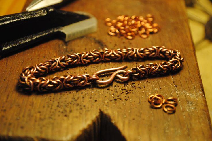 Bracciale in rame intrecciato a mano. Disponibile anche in ottone e argento 925.