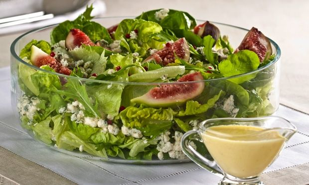 salada de figo, folhas verdes e queijo