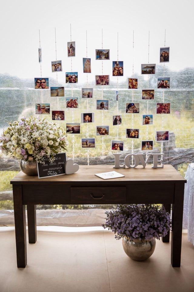 Que lindo esse painel de fotos atrás da mesa principal! Uma ótima ideia para expor algumas fotos do casal e dos amigos.