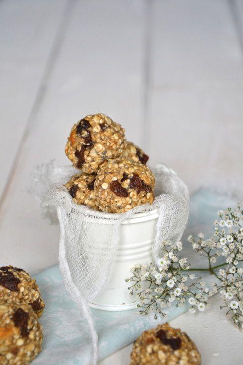 Biscuits végétaux aux flocons d'avoine, raisins secs et noix de cajou { Super Naturelle, l'atelier de cuisine bio & végétale } http://www.lesrecettesdejuliette.fr