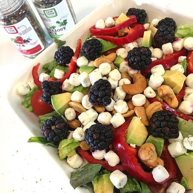 Met dit warme weer vind ik het altijd lekker om een lichte salade te eten☀️☀️ Jullie ook? En een salade in combinatie met fruit is helemaal lekker zomers Deze geitenkaas-bramen salade staat nu online! Ook lekker voor bij de BBQ