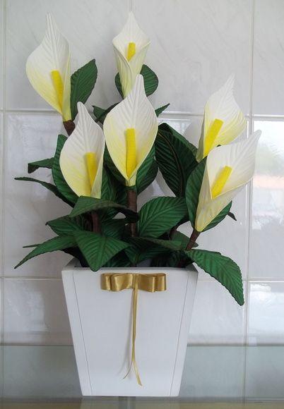 Arranjo de Flores em Vaso de Madeira