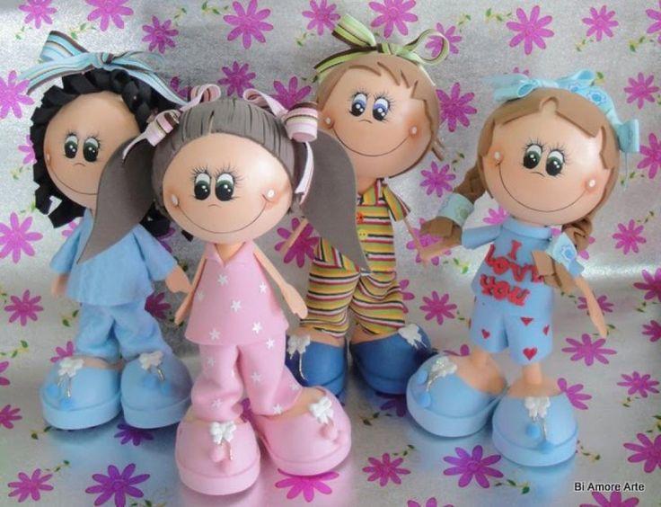 Les poupées Fofuchas, sont de magnifiques poupées 3D fabriquées à partir de boules de styromousse, et de feuilles de mousse EVA! Vous pourrez modeler la mousse EVA en la chauffant avec votre fer à repasser. Il existe maintenant des feuilles de mousse