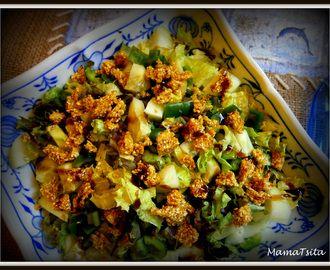 Η πράσινη σαλάτα με το παστέλι. Green salad with sesame bar.