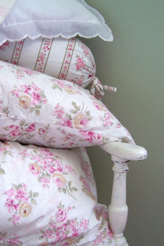 Shabby Chic Bedroom Throw Pillows : 1619 best images about Shabby Chic & Vintage on Pinterest Romantic, Cottages and Shabby chic style