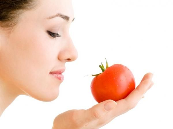 Foods that increase melanin: tomato The line of foods rich in beta-carotene, also includes tomatoes as another major natural source. By having a similar composition to carrots, their effect on our skin and eyes are the same. Besides these two foods, apricot, watermelon, strawberries and blueberries also favor increased levels of melanin in our body.