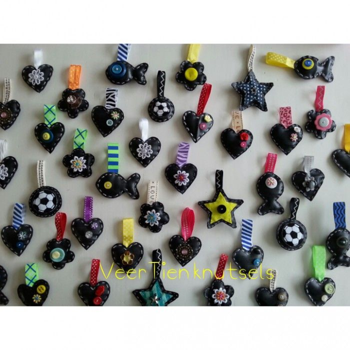 Sleutelhangers gemaakt van oude fietsbanden. Versiert met kralen, knoopjes, bloemetjes en lint.