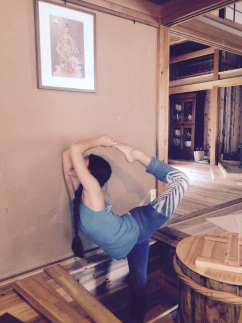How flexible this beautiful dancer!  Lata is posing inside of little space for Miso ☆