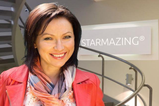 Pressefoto STARMAZING Lidia Nicklaus. Produziert mit STARMAZING-Technik mit 3D Optik und Firmenlogo Einbau. Spart Reisekosten und kein vor Ort Fotoshooting erforderlich. Es reicht ein Porträtfoto auf STARMAZING.de hochzuladen.