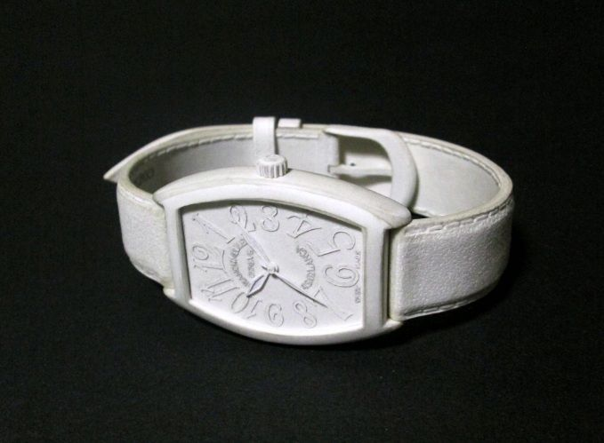 Japanese Twitter user @coca1127 is one such artist who specializes in making replica watches using a type of high-quality stiff paper called Kent paper. Using just a cutter, some glue and a lot of perseverance, he has created some of these most detailed paper art which are also famous pieces like Omega Speedmaster and Franck Muller watch, Louis Vuitton wallet and a vintage camera! Truly wonderful paper creations as impressive as his talent! (Source/Photos: Twitter/@coca1127)