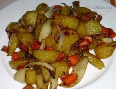 Recept, podle kterého se vám Pečené brambory se zeleninou a romarýnem zaručeně…