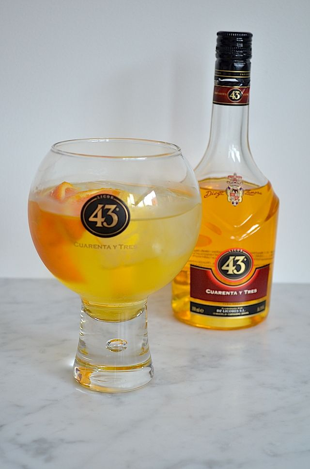 balon 43 ........35 ml quar. tres ,100 ml Spa rood , 2 partjes sinaasappel en schijfjes citroen , sap van 1/2 citroen , ijsklontjes (Dit is voor 1 glas )
