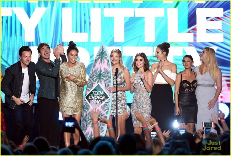 The cast of Pretty Little Liars accepting an award on stage at the Teen Choice Awards 2016