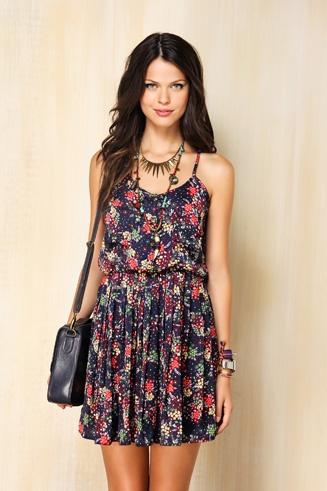 Estilo romântico: vestidinho floral de tecido fluido, transmite uma imagem de delicadeza e feminilidade.