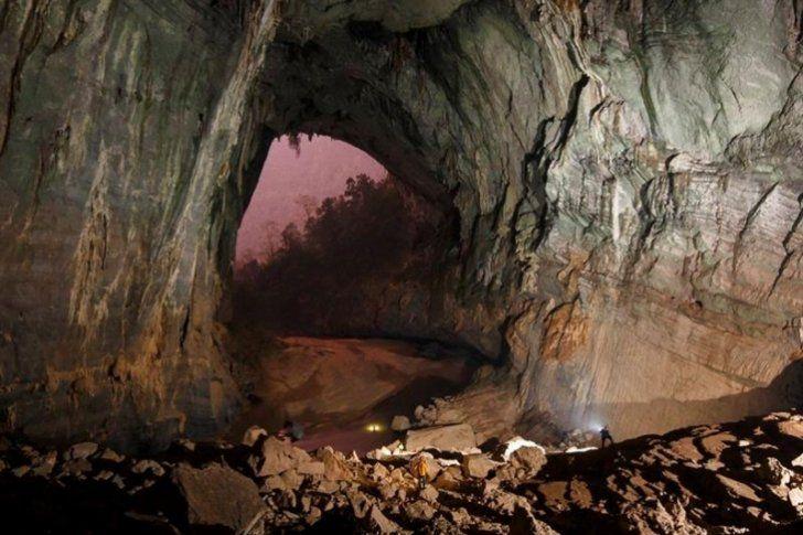 Un equipo de exploradores británicos dio a conocer al mundo en 2009 la cueva vietnamita de Soon Dong, la más grande del planeta, un descubrimiento imposible sin la ayuda de Ho Khanh, un antiguo cazador furtivo que la había encontrado por casualidad en 1991.</p>