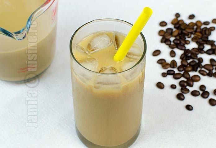 Ice coffee sau cafea rece, o bautura ideala pentru zilele caniculare. E cald afara, asa ca incercam sa gasim diferite moduri de a ne racori.