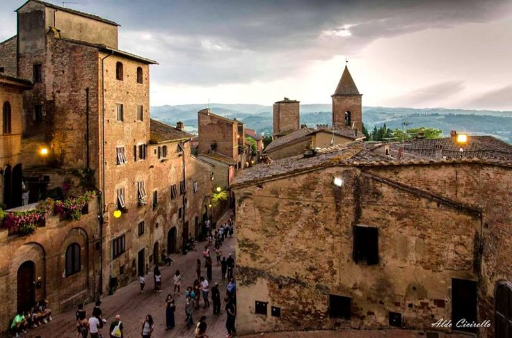 Even a dull afternoon can be charming in Certaldo Alto, in the middle of Tuscany. #tuscany #certaldoalto #medievalvillage #certaldo  www.hotelcertaldo.it