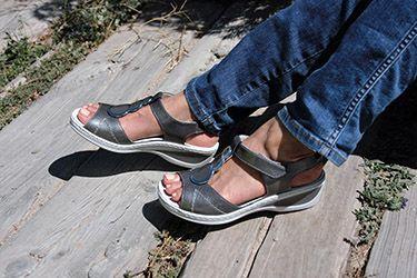 Sandalias en gris metalizado, cómodas ligeras y con algo de cuña. Con plantilla extraíble