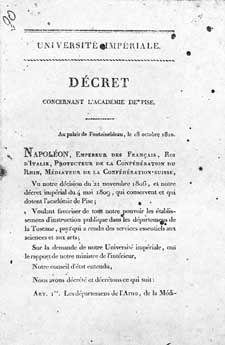 Il 18 ottobre 1810 Napoleone Bonaparte firma a Fontainebleau il Decreto Imperiale sull'Accademia di Pisa, che segna la nascita della Scuola Normale, succursale dell'École Normale Supérieur de Lyon. Il suo scopo è formare in un collegio insegnanti qualificati per le scuole superiori nelle discipline letterarie e scientifiche.