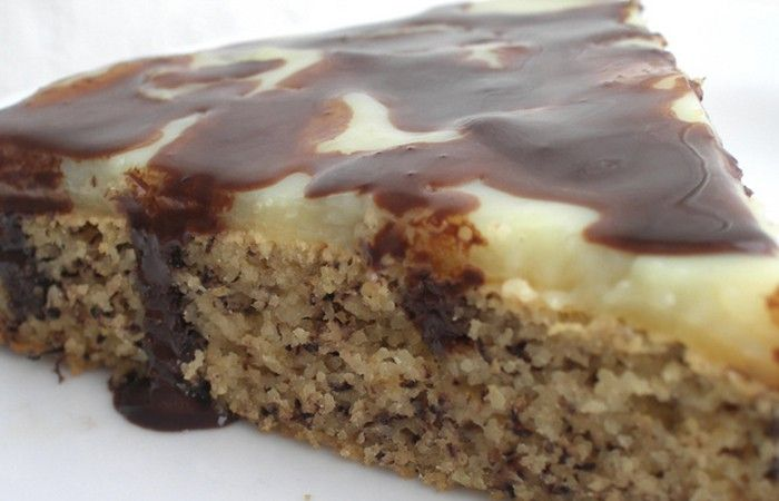Jednoduchý, rychlý koláč, bez vajíčka a přesto vás ohromí. Krém z pudinku a bílé čokolády na vrchu dodá zákusku neodolatelnost.