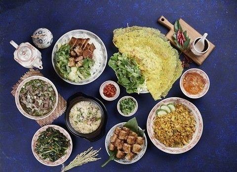 월간 호텔&레스토랑) 명동 눈스퀘어 에 특별한 베트남식 쌀국수를 판매하는 에머이가 새롭게 입점했습니다! 에머이 에서는 하노이 식의 베트남 쌀국수의 새로운 진미를 맛볼 수 있는데요, 베트남 조리사를 초빙하고 현지에서 공수한 식재료로 매장에서 육수를 끓이고 생면을 직접 만드는 과정을 고객들이 눈으로 볼 수 있게 했다고 합니다^^  쌀국수 외에도 주 메뉴의 가격을 7000~8000원 대로 정해 학생, 직장인들이 부담 없는 가격으로 한 끼 식사를 즐길 수 있다네요!