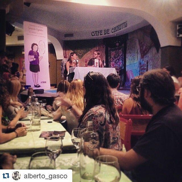 Ayer fue la presentación del libro en el Café de Chinitas,  mi sueño hecho realidad!  Solo puedo decir GRACIAS A TODOS POR VENIR,  habéis hecho a esta china andaluza más feliz que una perdiz   #gazpachoagridulce #felicidad #novelagráfica #ilustracion #comic #astiberri   #Repost @alberto_gasco ・・・ Que grande mi @quanzy!!! Presentando #gazpachoagridulce en #cafedechinitas