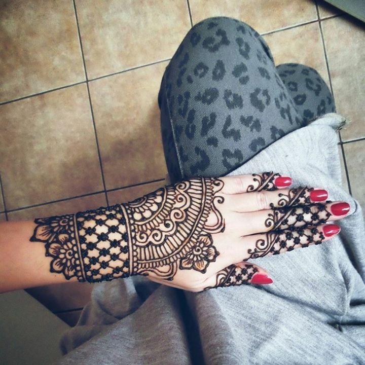 Tatouage poignet et main au henné en 40 idées pour femmes et hommes