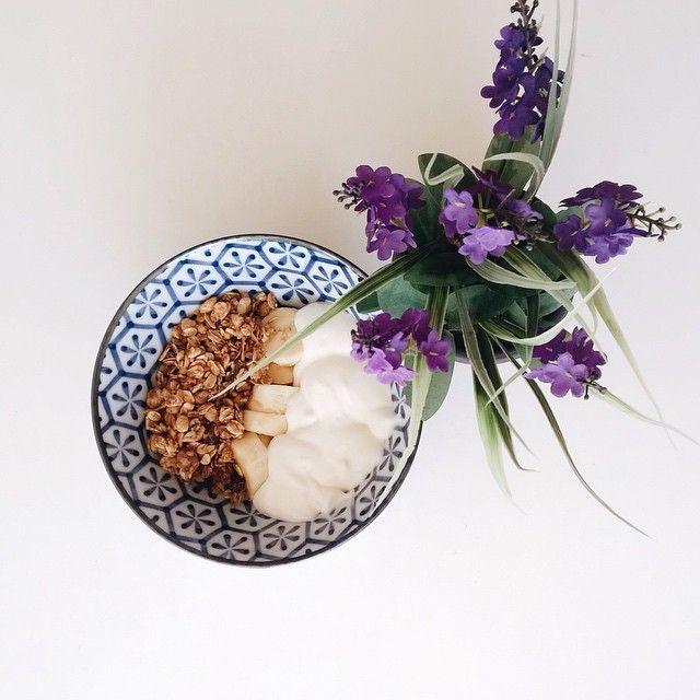 parfait: iogurte grego + granola de frutas secas + banana